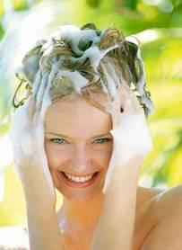 Mujer lavandose el pelo en Missenplis