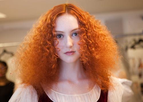 mujer pelirroja pelo frizz